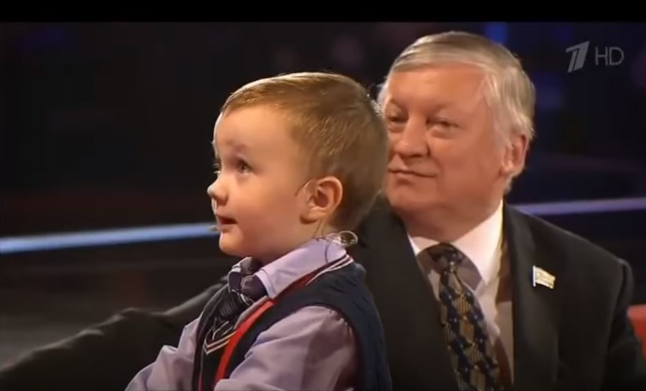 Anatoly Karpov looks with pride upon Misha Osipov 3 years old prodigy.