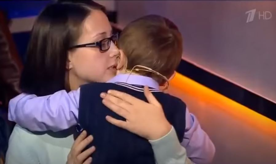Misha Osipov 3 years old his mother comforts him after losing.